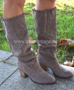 botas grises que barbara