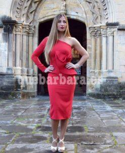 vestido asimétrico rojo que barbara